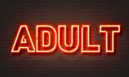 porn: Взрослый неоновый знак на фоне кирпичной стены