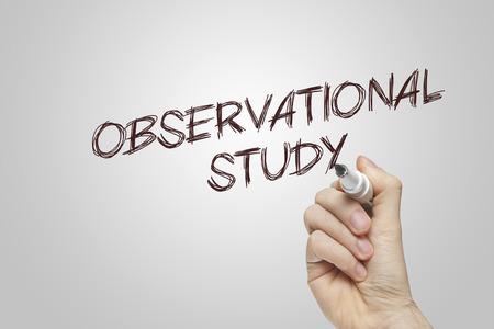 observational: Escritura de la mano estudio observacional sobre fondo gris