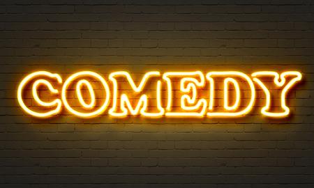 Komedie neon teken op bakstenen muur achtergrond