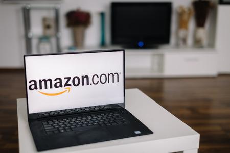 fiestas electronicas: ZAGREB - 20 de diciembre de 2015: Amazon en la pantalla del ordenador port�til moderno. Amazon es una empresa de comercio electr�nico y de computaci�n en la nube de Am�rica. Es el mayor minorista de Internet en los Estados Unidos