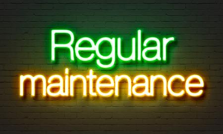 Insegna al neon di manutenzione regolare sul fondo del muro di mattoni