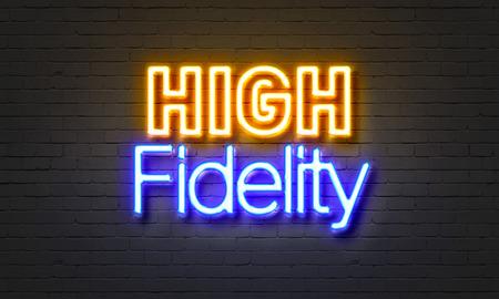 High fidelity neon teken op bakstenen muur achtergrond Stockfoto