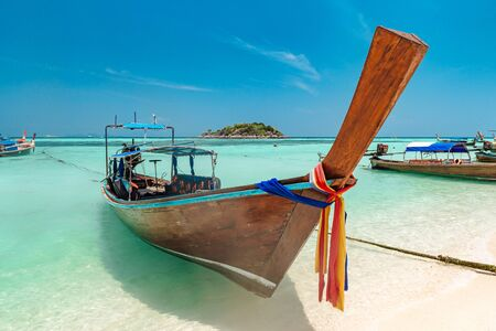 Long tail boat and beautiful ocean of Koh Lipe island, Thailand Banque d'images - 130711179
