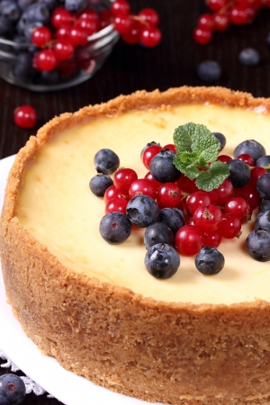 Cheesecake with currant berries and blueberries