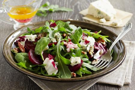 Salade met bieten, blauwe kaas, noten en vinaigrette.