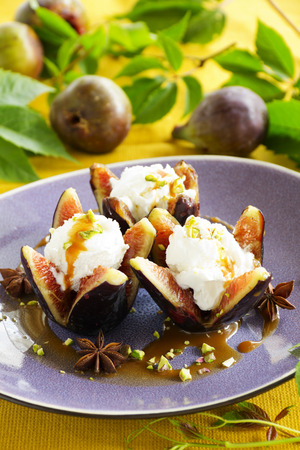 Baked figs with caramel and spices.