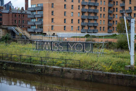 A neon sign in the Leeds City centre that says I Miss You 版權商用圖片