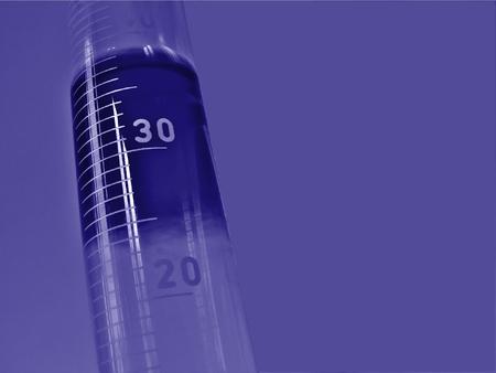 Un cilindro graduado en laboratorio de química Foto de archivo - 1704781