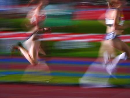 mujeres corriendo: dos atletas mujeres que dirigen Motion Blur Foto de archivo