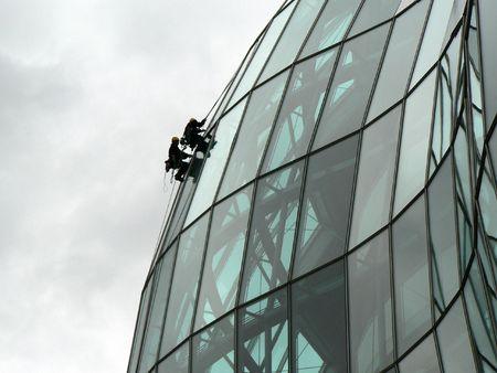 seguridad laboral: Extreme limpiadores de ventanas en el sabio Gateshead  Foto de archivo