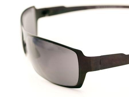 흰색 배경 필드의 얕은 깊이와 검은 쌍 ofsunglasses