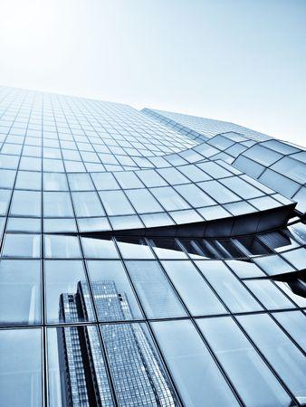 adn: Skycraper moderno de vidrio con la luz solar y la reflexi�n Foto de archivo