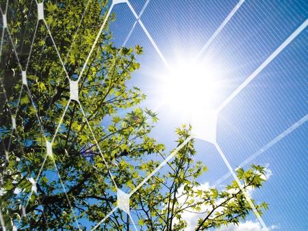 Árbol en primavera contra el panel solar y fotovoltaica  Foto de archivo