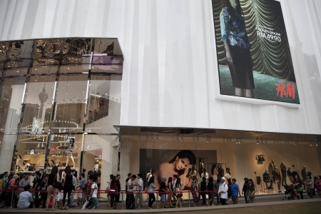 30 September 2012  Kuala Lumpur, Malaysia  Customers on the waiting line to enter the new H M store opened 22 of September 2012  in Bukit Bintang
