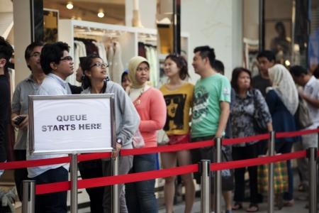 30 Septembre 2012 à Kuala Lumpur, Malaisie clients sur la ligne d'attente pour entrer dans le nouveau magasin a ouvert HM 22 Septembre 2012 à Bukit Bintang