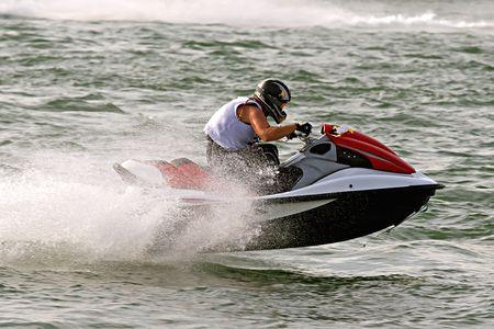 moto acuatica: jet ski en carrera con un spray de agua