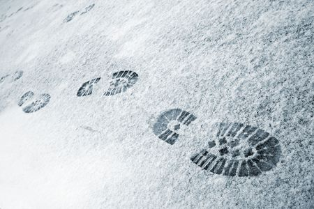 huellas pies: Invierno esc�nica. Traza de arranque en la nieve.