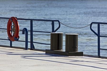 salvavidas: Anillo salvavidas boya roja en el muelle del r�o. Foto de archivo