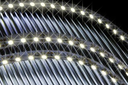 leds: LED tira de brillo sobre la parte de metal corrugado. Foto de archivo