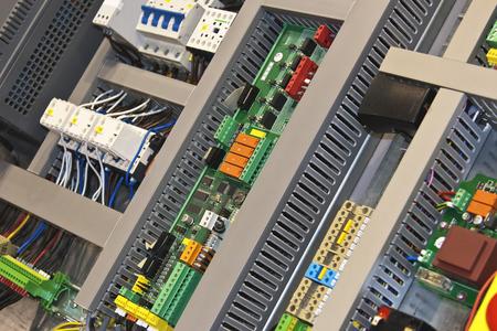 blocco di controllo elettronico industriale in scaffale di metallo.