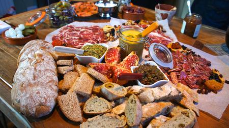 plato de comida: Mesa gourmet festiva Foto de archivo
