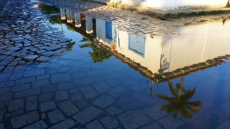 casa colonial: Reflexión de una casa colonial en un charco de agua en Paraty Brasil. Foto de archivo