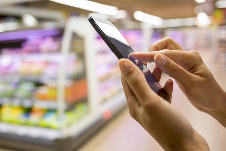 女性の店の携帯電話のクローズ アップ 写真素材