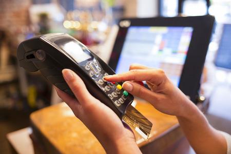 Vrouw betaling close-up winkel elektronische reader plastique kaart