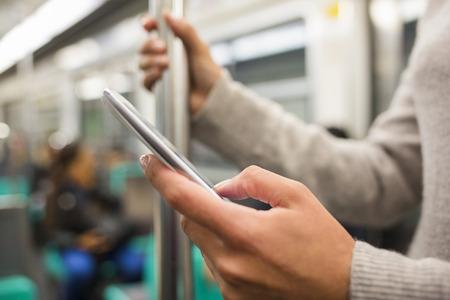 landline: Femmina smartphone mano messaggio sotterraneo e-mail SMS
