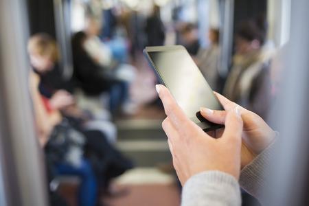 여성 휴대 전화에 손 지하 메시지 SMS 메일