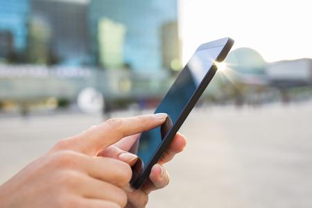 Female smartphone hand sun summer message sms e-mail Standard-Bild