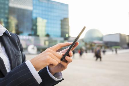 女性の携帯電話手太陽夏メッセージ sms 電子メールします。