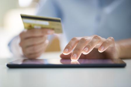 女性は、タブレット pc、電子商取引オンライン ショッピングします。 写真素材