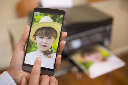 女性の携帯電話を使用して、リモート プリンターに接続されています。