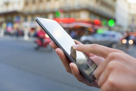 파리의 거리에서 휴대 전화를 사용 하여 스톡 콘텐츠 - 33640145