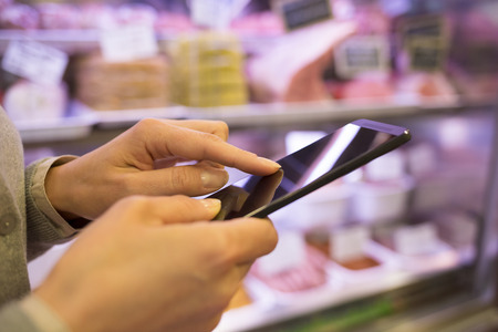 女性の携帯電話ストア sms メッセージ 写真素材