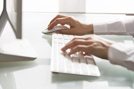 Žena obchodní psaní pc kancelář myš Reklamní fotografie