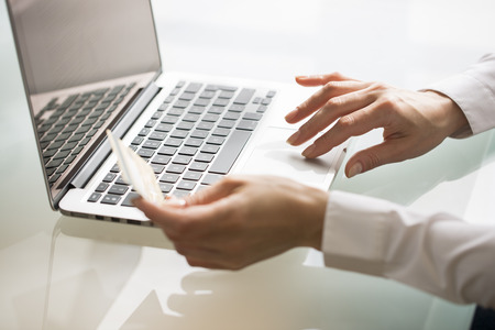 Weibliche Computer-Tastatur Online-Kaufauftrag Internet Standard-Bild - 33640312