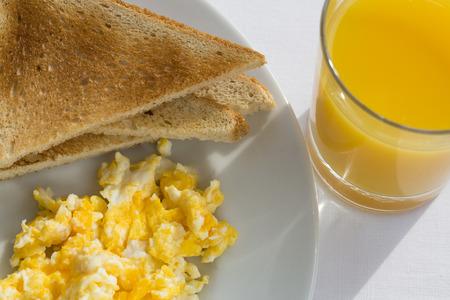scrambled eggs: Sunny desayuno, huevos y pan.
