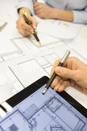 ビジネス チーム デスク建築家男女性デジタル タブレット青写真建設 写真素材