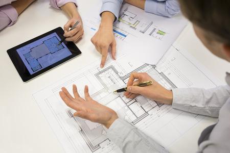 Business-Team Schreibtisch Architekt Mann Frau digital tablet Blaupause Bau Standard-Bild - 37966467