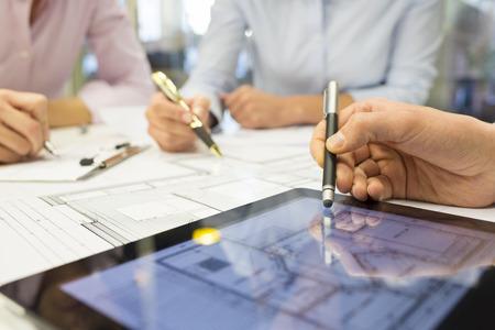 profesionistas: Hombre mujer de negocios equipo escritorio arquitecto tableta digital construcci�n anteproyecto
