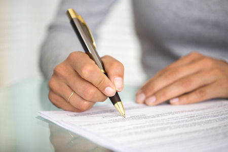 contrato de trabajo: Empresaria dedos femeninos papel manos pluma