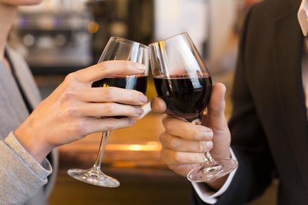男性女性乾杯アルコール バー