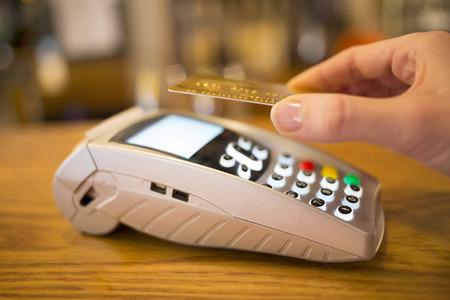 女性の手財布支払いショップ