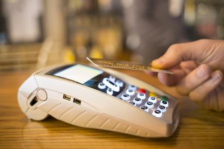 男性手財布支払いショップ