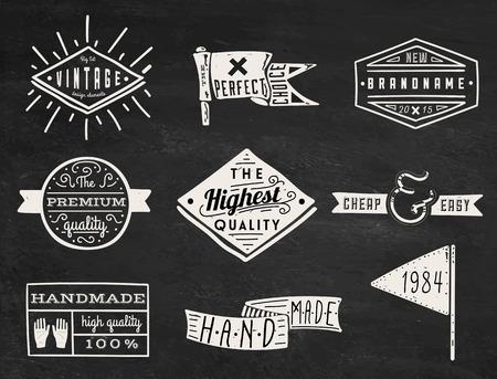 manos logo: Conjunto de inconformista tiza etiquetas retro vintage y logotipo sobre fondo de pizarra