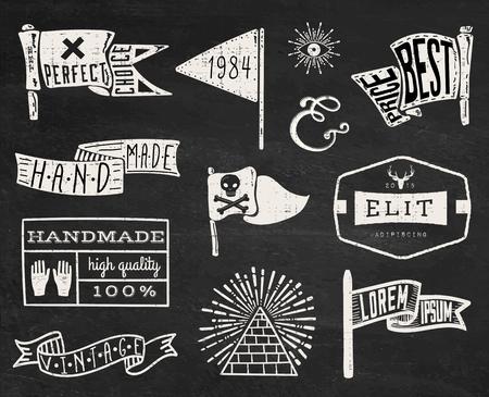 insignias: Conjunto de dibujado a mano inconformista vendimia insignias, bordes, marcos y etiquetas en el fondo pizarra. eps10