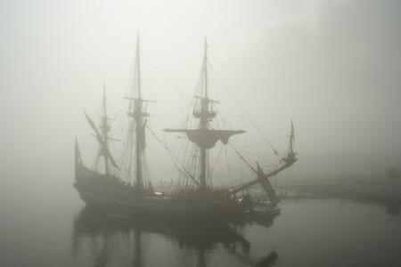 Oud zeil schip (Piraat?) Mist in de vroege ochtend Stockfoto