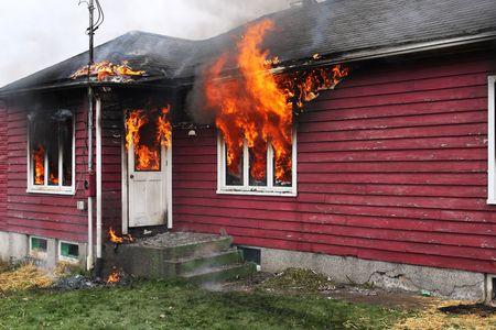 Verlaten huis in flame, fire via de windows